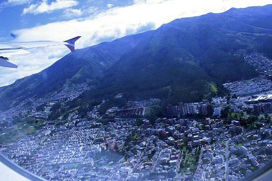 Anflug auf Quito, Ecuador. Der Flughafen liegt mitten in der Stadt