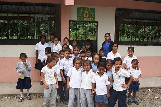 Versammelte Zukunft – die Schüler der Grundschule in Puebloviejo/Ecuador. Life Forestry unterstützt die Schule mit Spenden für Unterrichtsmaterialien und eine bessere technische Ausstattung.