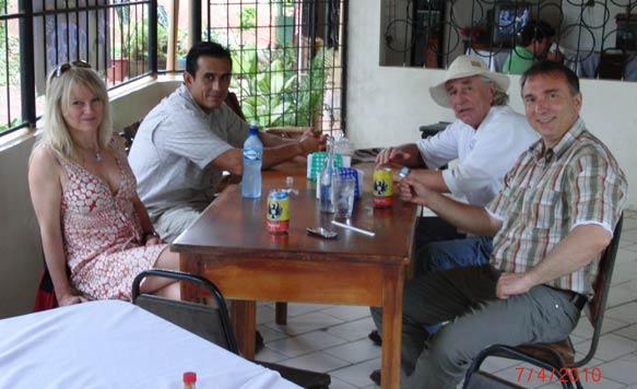 Detlef Helling, Geschäftsführer der Life Forestry Costa Rica  S.A., Dr. Diego Perez und Familie Jentsch in Santa Rosa kurz vor der Weiterfahrt in die Plantagen