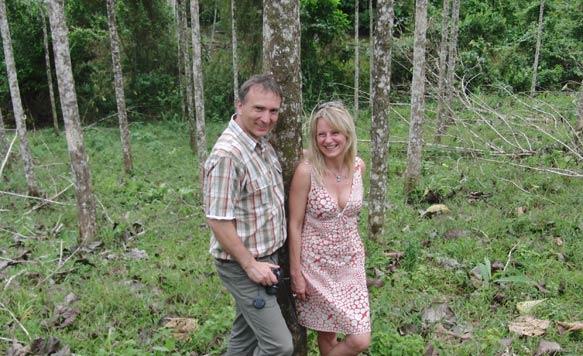Ehepaar Jentsch inmitten ihrer Teakbäume auf ''Terra Verde'' in Costa Rica
