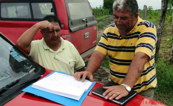 Ing. Knut Radicke und Ing. Walter Valarezo studieren die Pläne