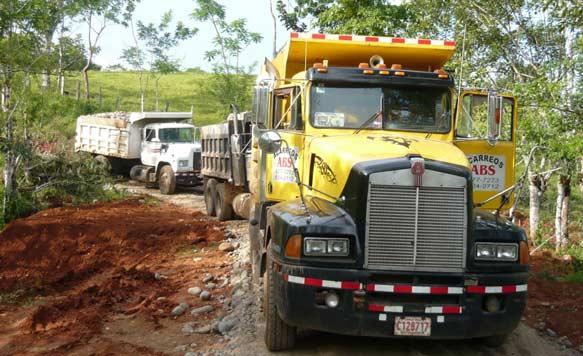 Der Ausbau der Zufahrtsstrassen und Versorgungswege zu den Plantagen sichert bei jedem Wetter den Abtransport der Teakbäume