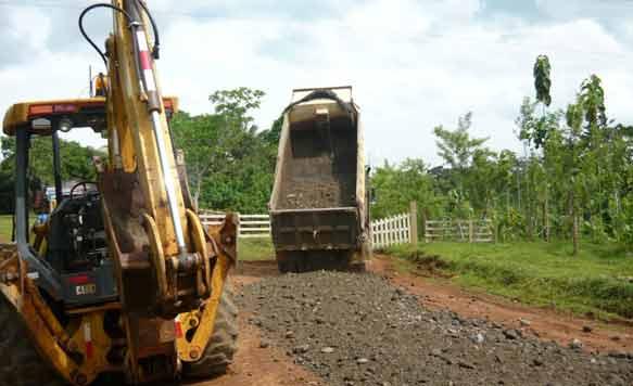 Zufahrtsstrassen und Versorgungswege zu den Plantagen werden drainagiert.