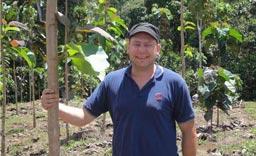 Stolzer Baumbesitzer: J. Faller bei einem seiner Teak-Bäume