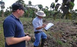 Kunde J.Faller mit Vorarbeiter Aurelio bei seinen eigenen Teakbäumen auf 'Terra Verde'.