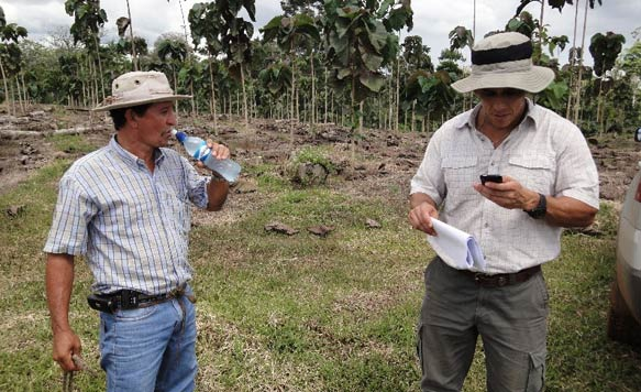 Aurelio im Gespräch mit Forstdirektor Dr. Diego Perez