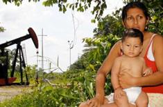 Ecuadorianerin vor Ölpumpe
