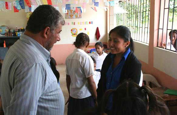 Agrar-Ingenieure Knut Radicke von Life Forestry besucht die Grundschule in Puebloviejo (Ecuador). Das Schweizer Unternehmen engagiert sich aktiv bei der Bildungförderung.