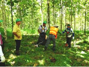 """FSC-Auditor Juan Carlos Romero begrüßt die Forst-Mitarbeiter auf """"Terra Verde"""" in Costa Rica und überprüft ihre Sicherheitsbekleidung. Bild: © Life Forestry 2015"""